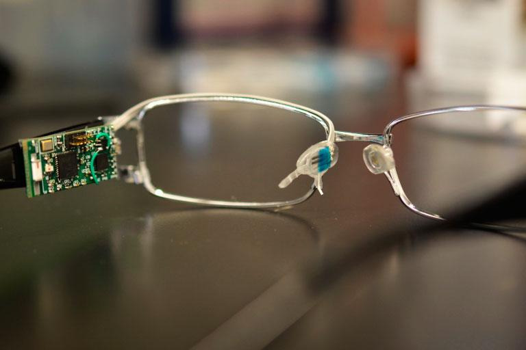 Óculos: leitura das informações nutricionais é feita por um biossensor em tempo real e os resultados são enviados por bluetooth para o computador ou para o celular (IFSC-USP/Agência Fapesp)
