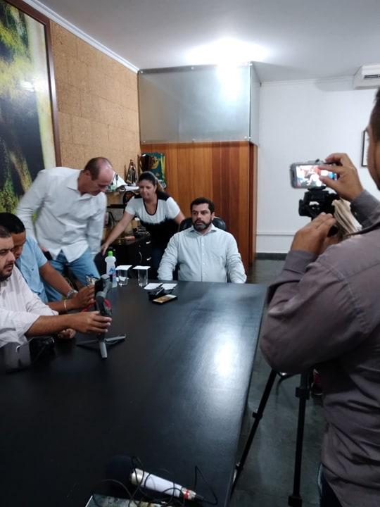 Na foto, ao centro o prefeito Zé Cherem, o presidente da Câmara Municipal Marcos Possato, Cristiane Castro da Diretóra de Comunicação Social da PML e representantes da imprensa