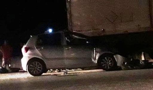 Carro bateu na traseira da carreta exatamente do lado do motorista. Foto: Redes sociais